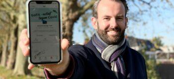 Wethouder Joost van der Geest laat de app zien